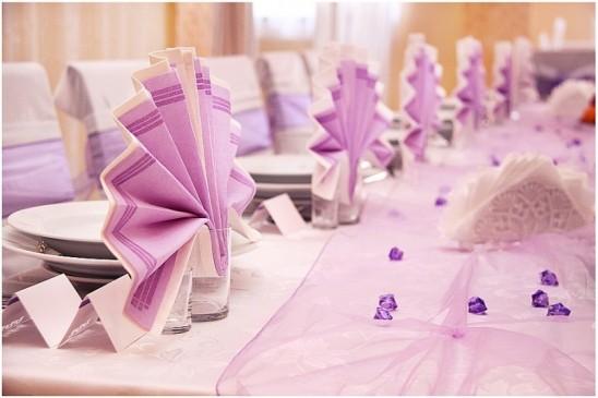 Wizytówki na przyjęciach weselnych – za i przeciw